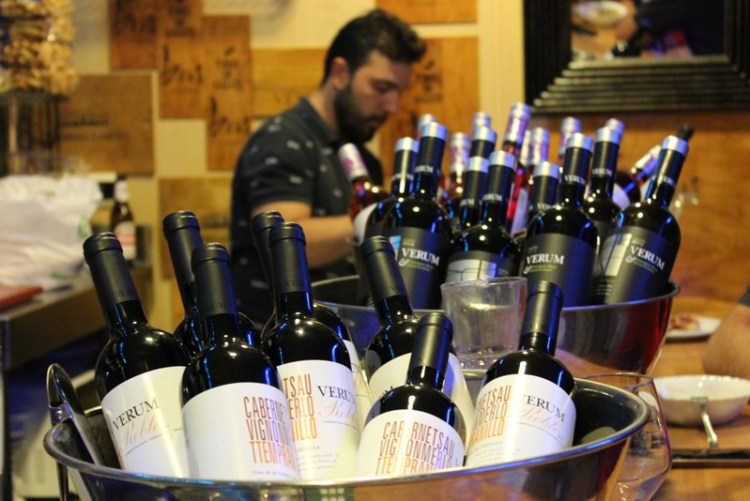 Bodegas_Verum - celebrando la exposición con vino