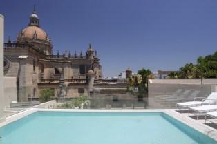 Bar_Terraza_La_Atalaya_y_piscina_con_Catedral_de_fondo (Copiar)