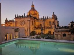 Bar_Terraza_La_Atalaya_y_piscina_con_Catedral_de_fondo_desde_Hotel_Bodega_Tio_Pepe_atardecer [1600x1200]wineup