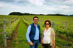 Joaquín Parra (autor) y Rosa Ruiz en el viñedo de la bodega Santiago Ruiz.