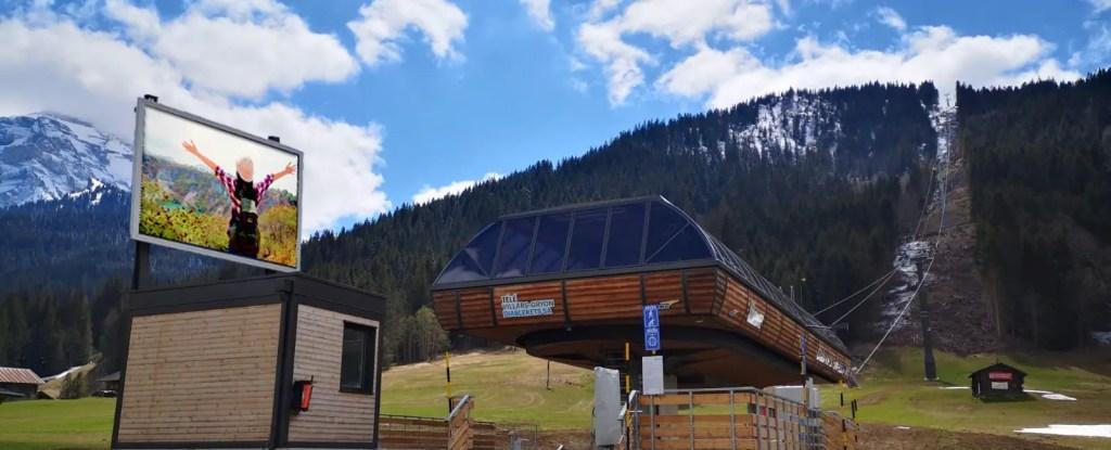 écran géant extérieur en station de ski