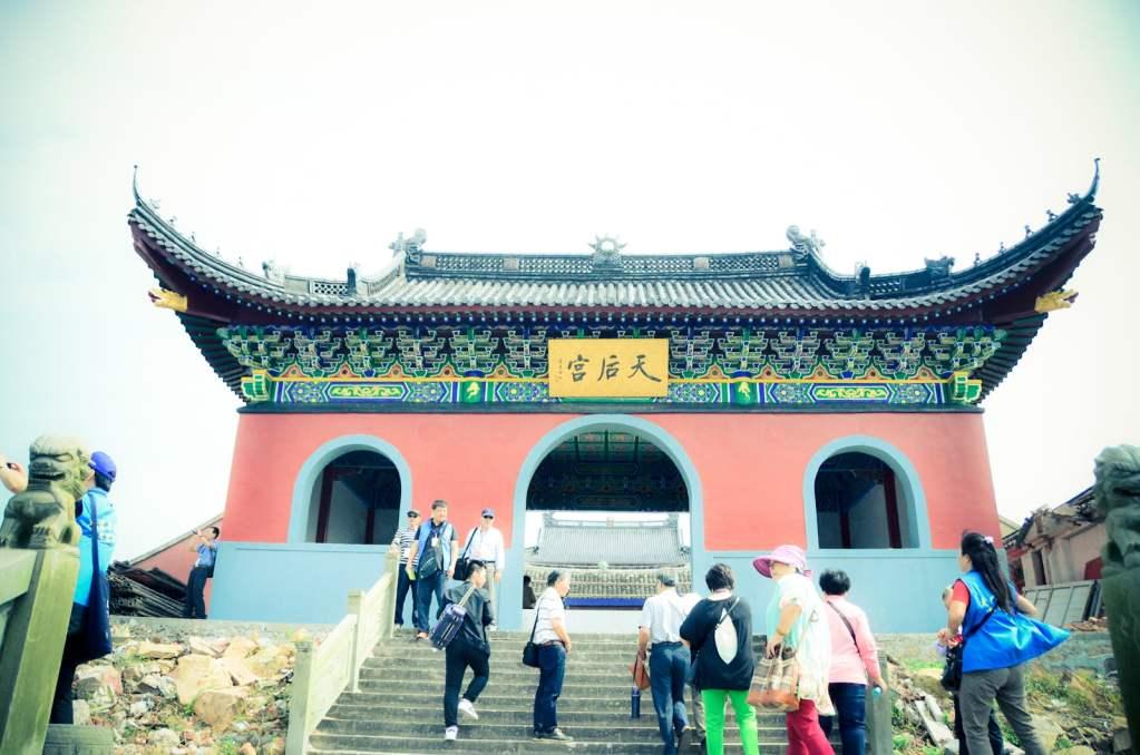 大陳島天后宮在山上,登高即可遠眺碼頭美麗風景。威傳媒記者林志毅拍攝