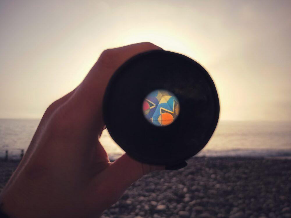 Vedere il mondo attraverso un caleidoscopio