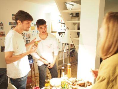 Manu und Felix am Buffett