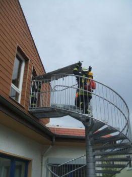 Über eine Rettungstreppe wurden Verletzte aus dem ersten Stock ins Freie gebracht.