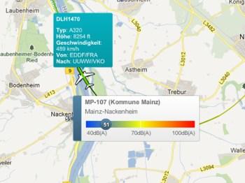 Ein Airbus A320 fliegt sehr dicht an Nackenheim vorbei.