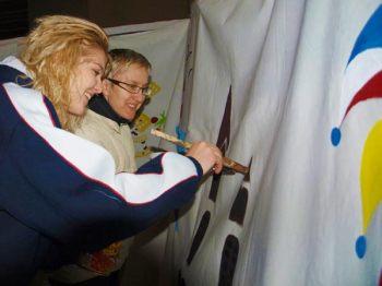 Tjana Strassmann und Gundula Raab schwingen den Pinsel für die vierfarbbunte Fastnacht. (Bild: Ulla Niemann)