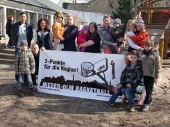 Kinder, Vereinsvertreter sowie die Mitarbeiterinnen der EWR AG freuen sich über das gelungene Projekt