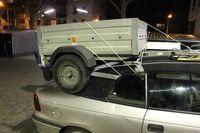 Auto mit Hänger auf dem Dach.