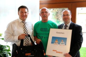 Freut sich über den Gewinn: Karl-Heinz Ebert aus Oppenheim mit Stadtbürgermeister Marcus Held und DAK-Sprecher Claus Uebel