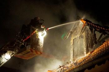 Der Dachstuhl des hauses brannte in kürzester Zeit lichterloh.