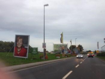 Entlang der B9 stehen die Plakate und Großflächen, mit denen die Politiker um unsere Wählergunst buhlen.