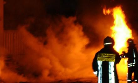 Frau bei Dachstuhlbrand in Bodenheim lebensgefährlich verletzt.