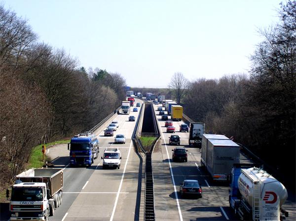 LKW prallt auf Absicherungsfahrzeug der Autobahnmeisterei