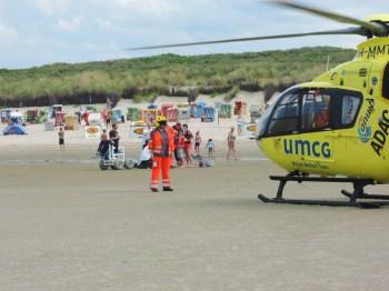 """""""Hubschrauber"""" Da es auf Langeoog kein Krankenhaus gibt, muss die verletzte junge Frau per Helikopter vom Strand aufs Festland gebracht werden. Foto: Ulla Niemann"""