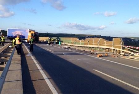 Die Lärmschutzwand der Weinheimer Talbrücke wurde dabei erheblich beschädigt. (Foto: Polizei)