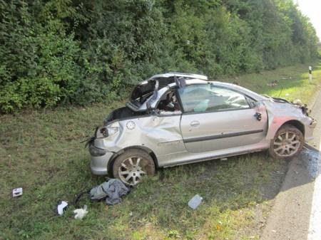 Glück im Unglück, der Fahrer überlebte leicht verletzt. (Bild: Polizei)