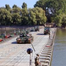 Solche schwimmenden Bedarfsbrücken sind hoch belastbar. LKW und sogar Panzeer können darüber fahren. Auch ein zweispuriger Ausbau ist machbar. (Bild. Wikipedia CC-Lizenz)