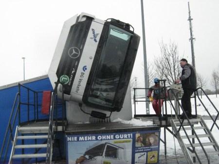 Dieser Simulator simuliert den Überschlag mit einem LKW. (Bild: Polizei Mainz)