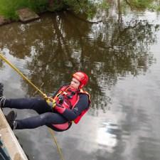 Abseilen aus rund acht Metern Höhe von einer Brücke in die Nahe. (Bild: Andreas Fuhr)
