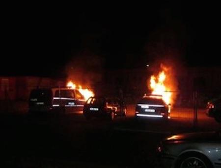 Mehrere Polizeifahrzeuge brennen. Die Polizei geht von Brandstiftung aus. (Foto: Polizei Mainz)