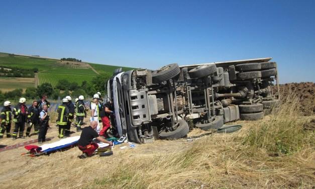 Umgestürzter LKW mit verletztem Fahrer bei Sulzheim Rettungsdienst und Feuerwehr im Einsatz