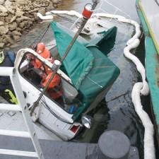 Die beiden Feuerwehrmänner sind mit den speziellen Schutzanzügen auch gegen das kalte Wassergeschützt. (Bild: Andreas Lerg)
