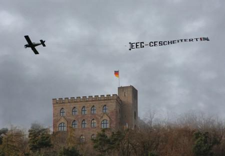 Die Farben der DNA unserer Demokratie und unserer Verfassung strahlten das Hambacher Schloss in Neustadt am 21.11.2015  nach der Veranstaltung EEG- GESCHEITERT! an