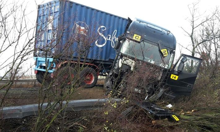 Dieser Abflug in den Straßengraben verursachte fast 100.000 Euro Schaden.