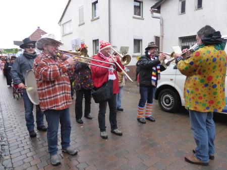 Ludwigshöhe trotzt dem Wettergott – helau