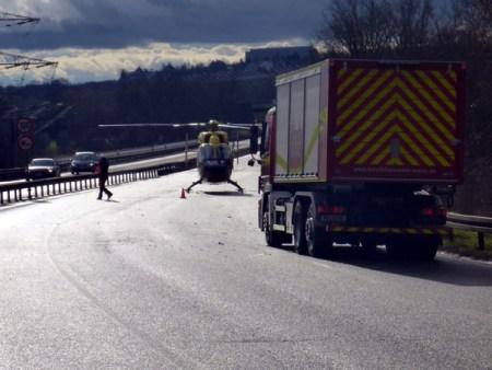 Der Rettungshubschrauber landete auf der A60, nachdem sich ein Auto überschlagen hatte. (Bild Feuerwehr Mainz)