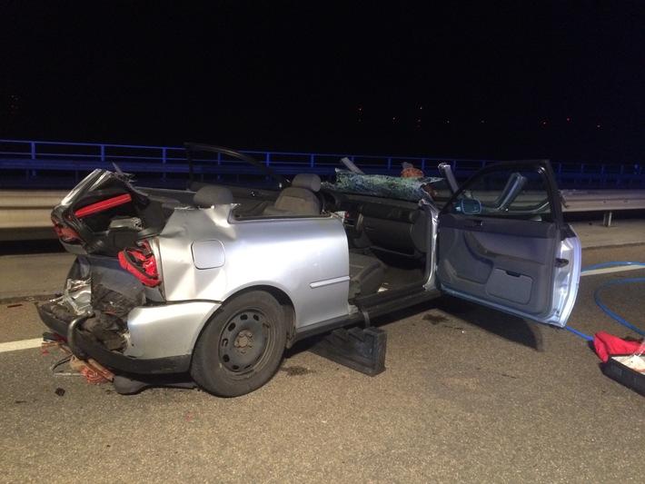 Das Unfallfahrzeug wurde massiv beschädigt.