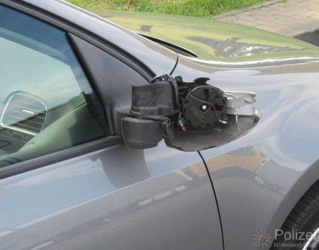 Randalierer beschädigten Außenspiegel. (Symbolfoto)