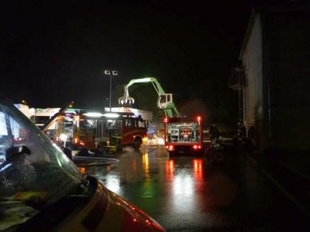 Mit einem Bagger wurde der brennende Sperrmüll vom LKW entladen. (Bild: Feuerwehr Mainz)