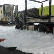 Die Flammen griffen auch auf den vorderen LKW über- (Bild: Feuerwehr Mainz)