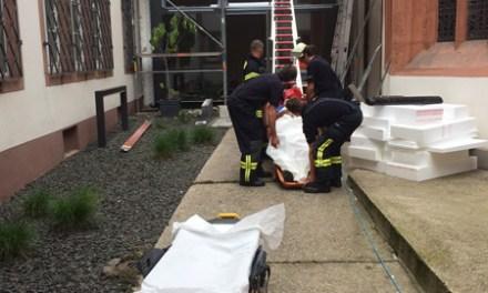 Mainz: DRK und Feuerwehr retten Arbeiter vom Dach