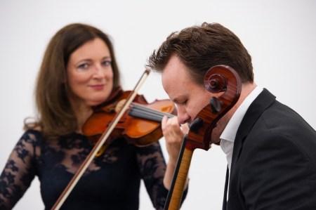 Die Dozenten Prof. Annette Seyfried (Violine) und Daniel Geiss (Dirigat) leiten die Orchesterakademie Klanglabor