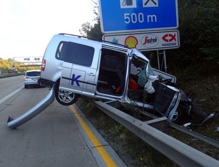 Das Auto wurde regelrecht aufgespießt. (Bild: Polizei Worms)