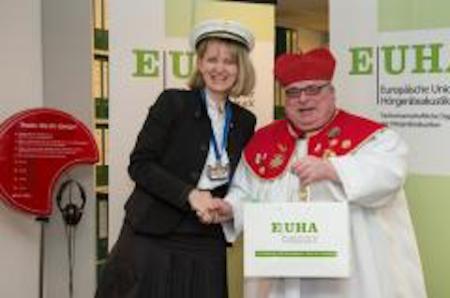 "EUHA-Geschäftsführerin Patrizia Lawall übergibt 5000 Ohrstöpsel an ""Obermessdiner"" Andreas Schmitt. Foto: EUHA/PicturePeople"
