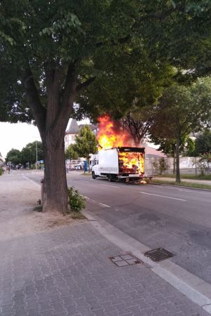 Brennender Mercedes Transporter in der Mainzer Straße in Worms. (Bild: Polizei Worms)