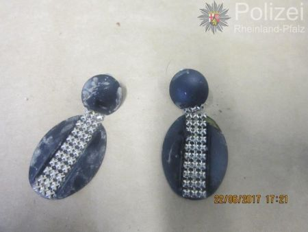 Blaue Ohrringe mit Silberdekoration. (Foto: Polizei Mainz)