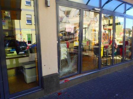 Beschädigtes Glaselement der Eisdiele. (Foto: Polizei Mainz)