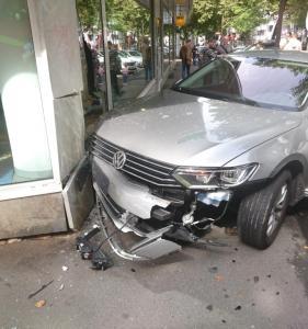 Auto fährt in Mainz gegen eine Hauswand