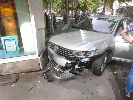 Das Unfallfahrzeug wurde stark beschädigt. (Foto: Polizei Mainz)
