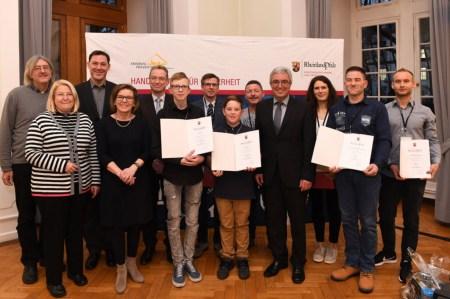 Innenminister Roger Lewentz hat sieben Rheinland-Pfälzer mit dem Preis für Zivilcourage ausgezeichnet; © MdI RLP/Schäfer
