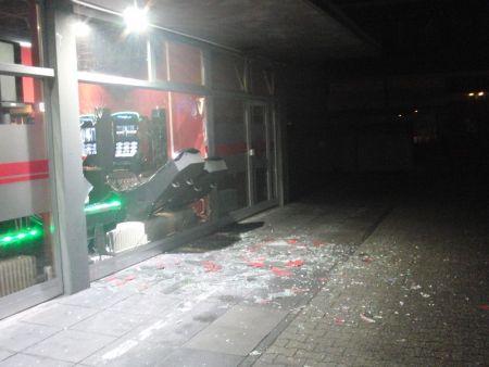 Mehrere Spielautomaten hat der 25-Jährige durch die Schaufensterscheiben gewuchtet. (Foto: Polizei Worms)