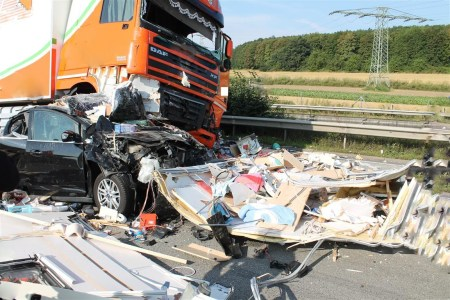 Ablenkung im Straßenverkehr kann Leben kosten. Beim Verkehrssicherheitstag am 12.04.2018 steht die Sensibilisierung von LKW-Fahrern im Fokus der polizeilichen Präventionsmaßnahmen.
