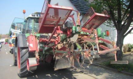 VW-Bus kollidiert mit Traktor in Uelversheim
