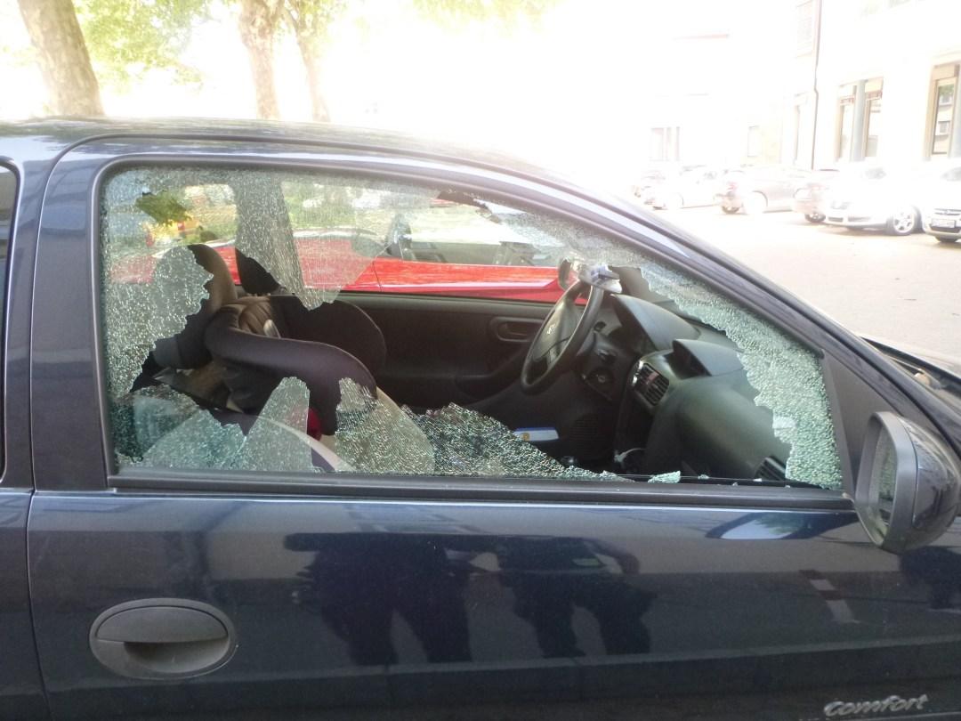 Eingeschlagene Beifahrerscheibe. (Foto: Polizei Worms)