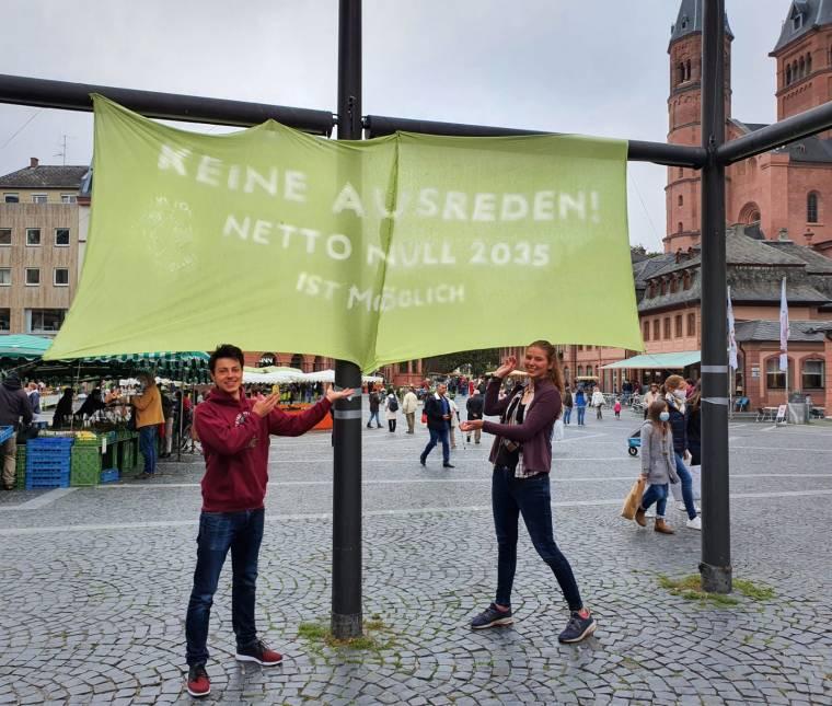 Die Banneraktion von FFF Mainz fand auf dem Marktplatz statt. Foto: FFF Mainz